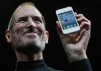 Steve Jobs holding the iPhone