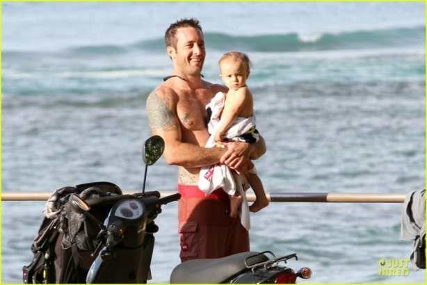 alex-oloughlin-shirtless-beach-bonding-with-maia-jones-12