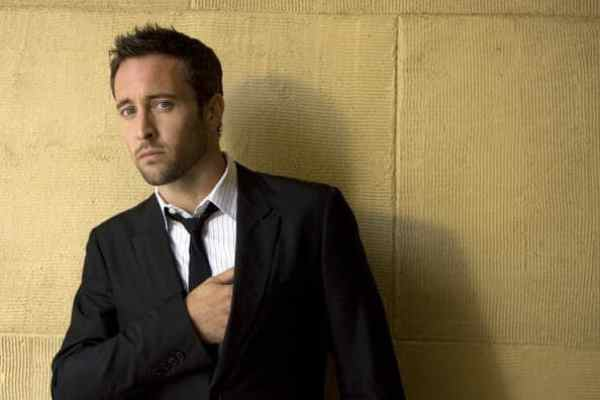 Alex O'Loughlin,in suit and tie