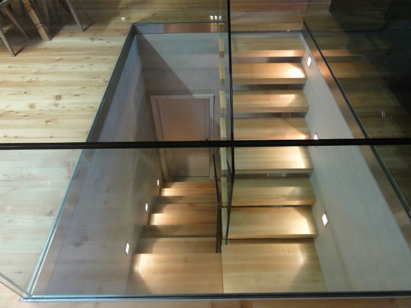 Scala a sbalzo in legno con parapetto in vetro temperato - Scale interne a vista ...