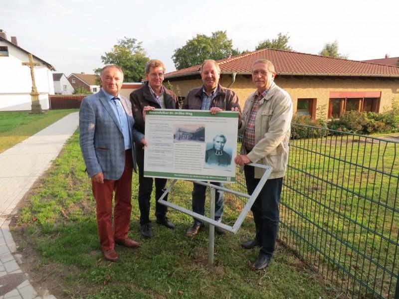 Johannes Salmen (Förderverein), Hans Gerd Hüster (Umwelt- u. Kulturverein), Josef Drüke (Ortsheimatpfleger), Konrad Hansmeier (Ortsvorsteher)