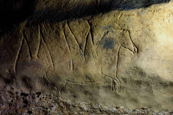 Aquest cavall és un exemple d'un dels gravats figuratius que conté la Cova de la Font Major - Josep Maria Vergès/IPHES