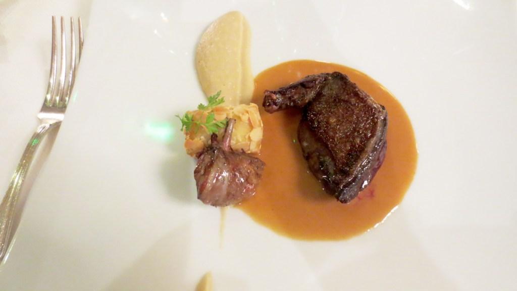Piccione leggermente affumicato, salsa di foie gras, salsa di cipolle e crocchetta di patate al tartufo
