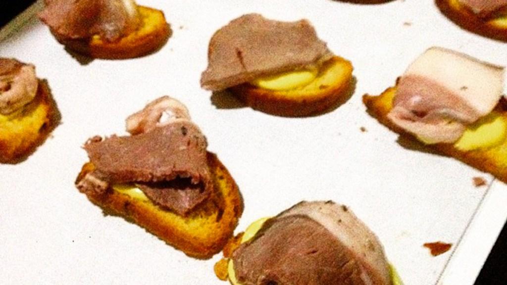 Crostini con pane ai frutti rossi essiccati, maionese al fondo di daino e pancetta di castrato