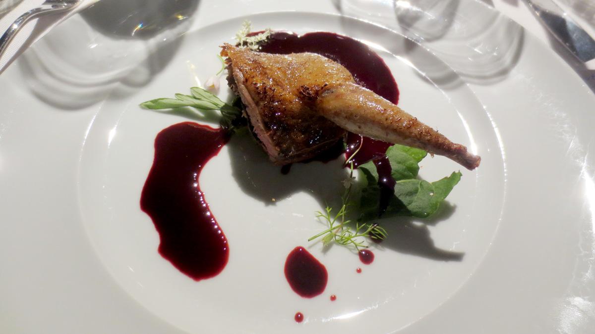 Piccione cotto appeso alla stufa, con insalata di erbe selvatiche e salsa con sangue di piccione e Kriek