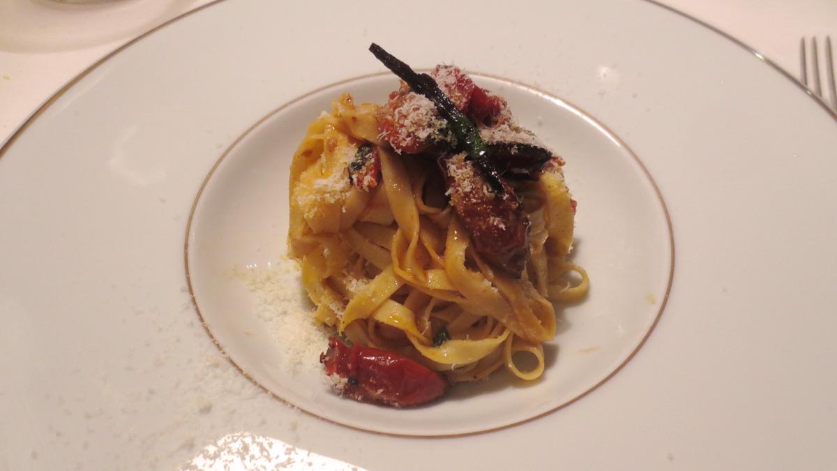 Fettuccine, pomodori alla brace e vaniglia, mantecato di pecorino