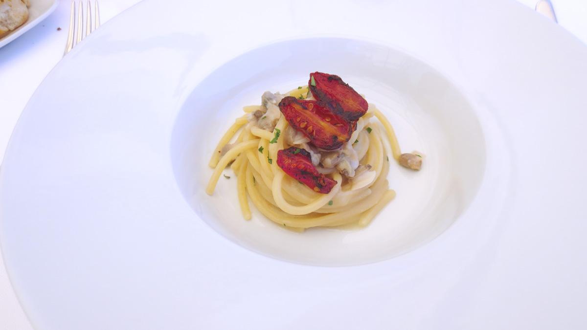 Spaghetti affumicati alle vongole e datterini arrostiti