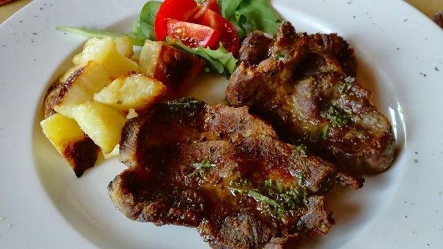 Capocollo di maiale alla griglia con salsa alle erbe aromatiche e limone