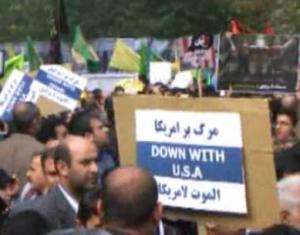 Manifestantes iraníes en Teherán, en frente de la antigua Embajada de EE.UU., en el aniversario de su toma de posesión 1979, el 4 de noviembre de 2013.  Foto: Captura de pantalla / FARS.