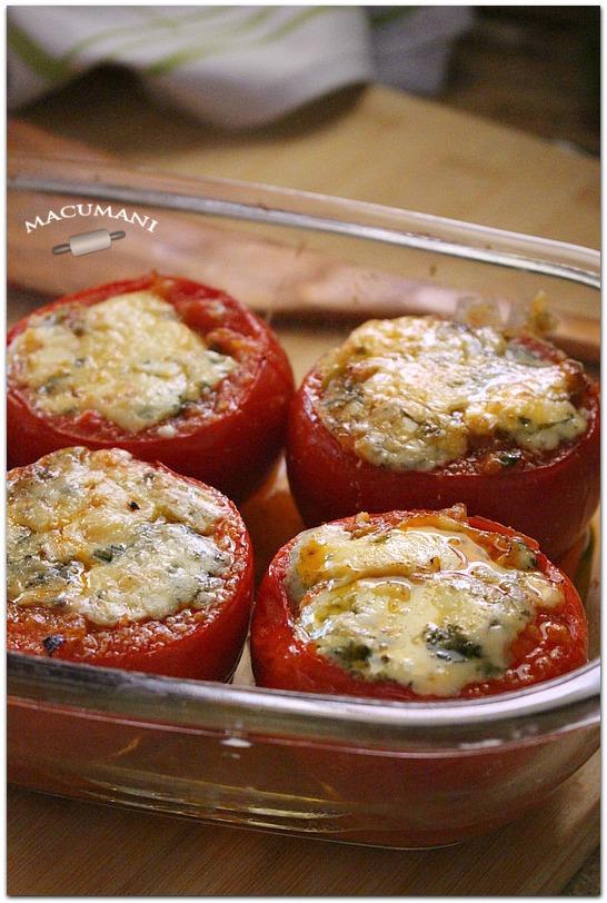 Tomates rellenos con queso azul al horno