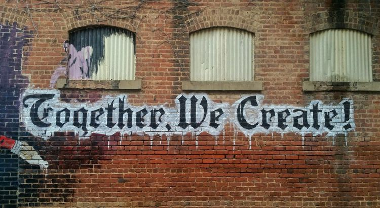 "Grafiti z napisem ""Together We Create!"""