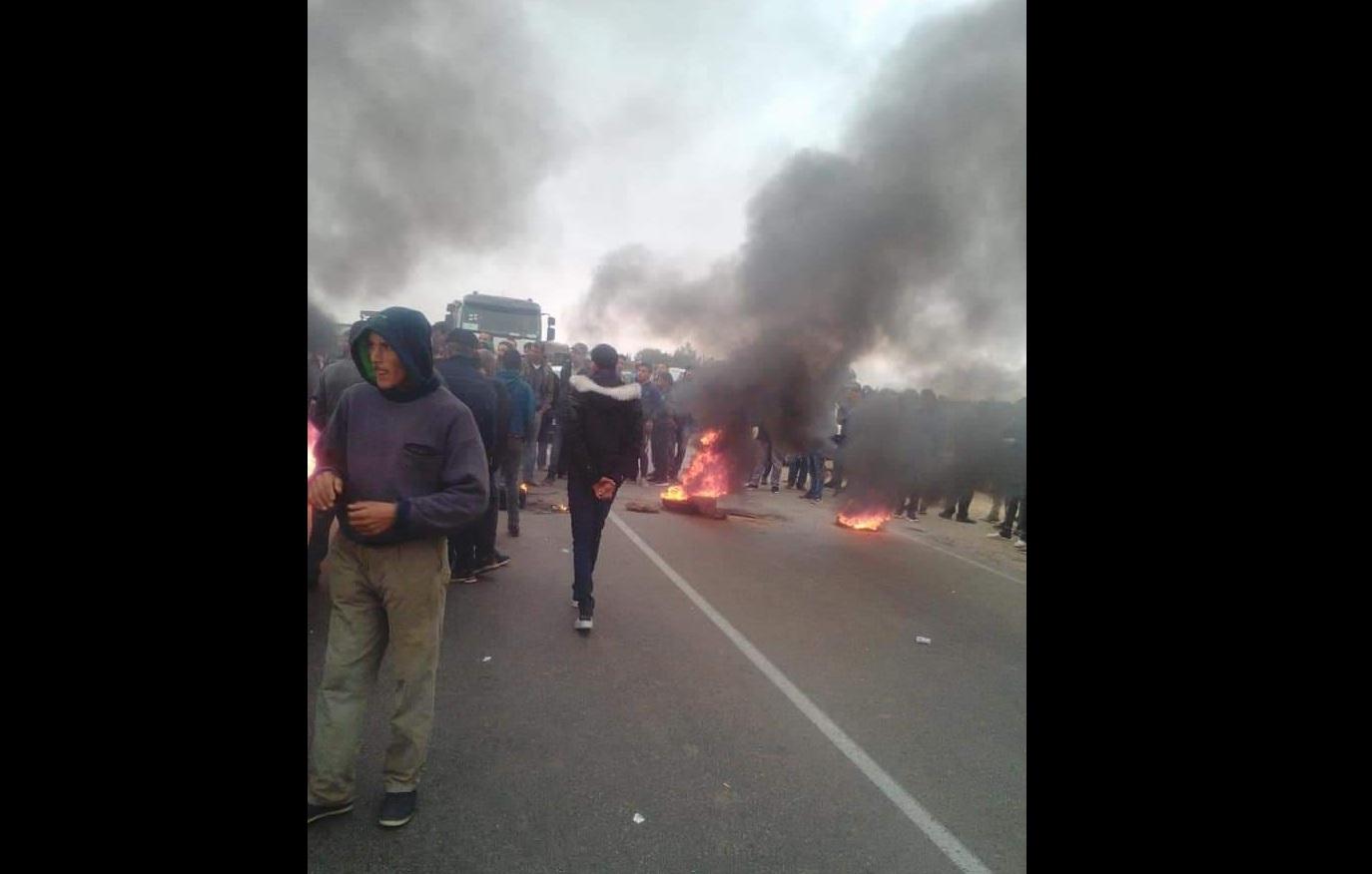 حاجب العيون-القيروان: إحتجاجات وغلق الطريق الوطنية رقم 3 بسبب تدهور سعر الزيتون