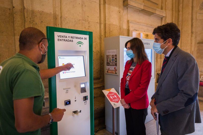 La Alhambra instala una máquina expendedora en el Palacio de Carlos V para facilitar la venta y recogida de entradas