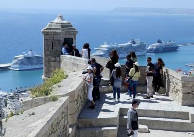 Foto de las Vistas de Alicante el dia que atracaron 4 cruceros en el puerto.Turistas. Castillo. Puerto de Alicante.
