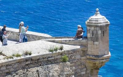 Imagen del Castillo de Santa Bárbara. Pareja abrazada en una de las torres de vigilancia
