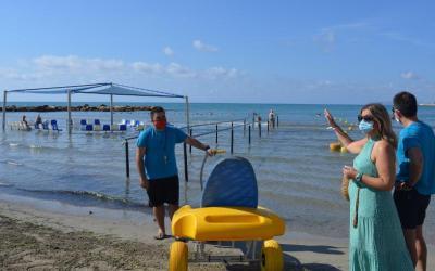 El Patronato Municipal de Turismo de Alicante ayuda a más de 150 usuarios en diez días a través del servicio de asistencia al baño en las playas