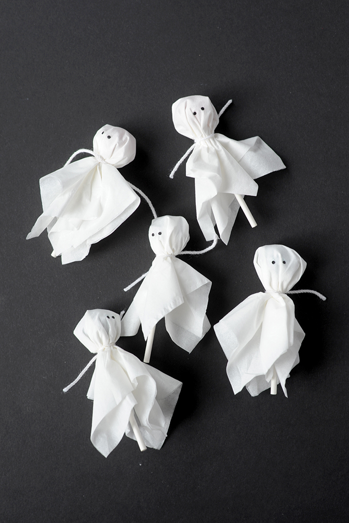 Make these super simple ghost lollipop cupcake toppers for Halloween