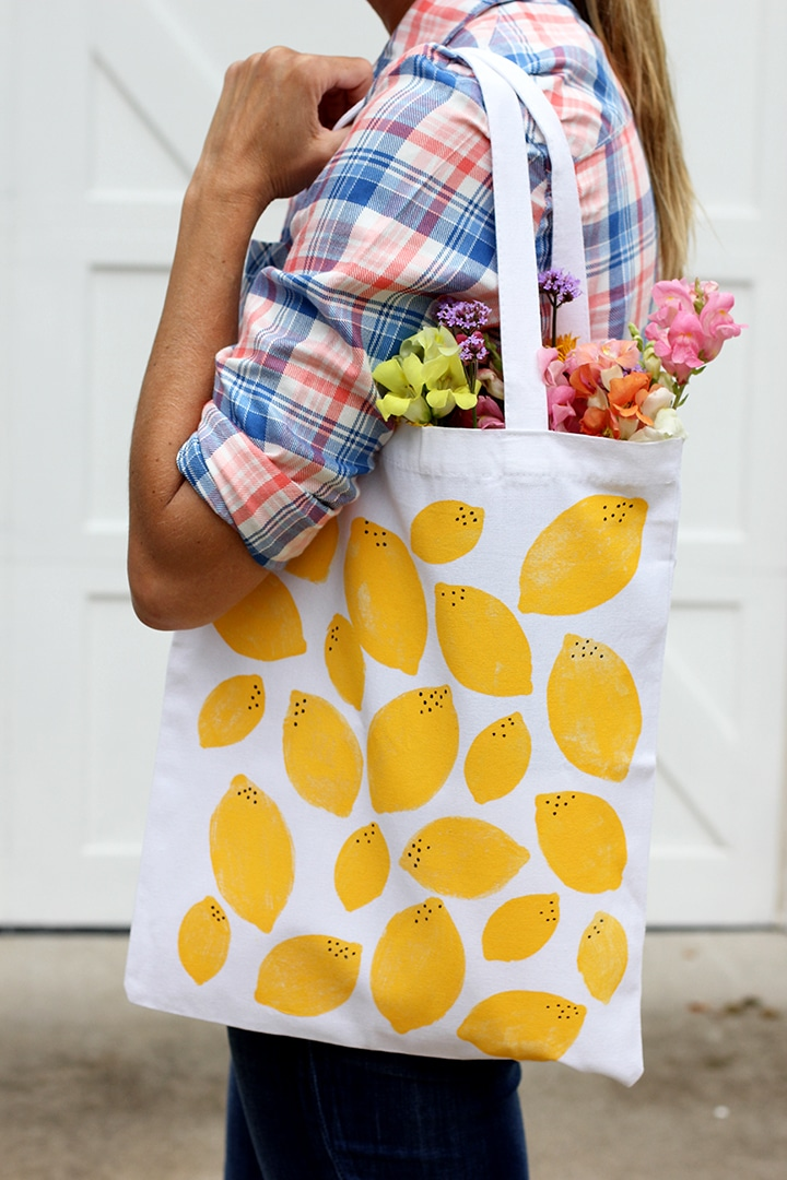 Make this DIY hand-stamped lemon print tote bag!