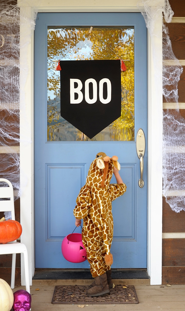 Make this simple DIY Halloween No-Sew Boo Banner!