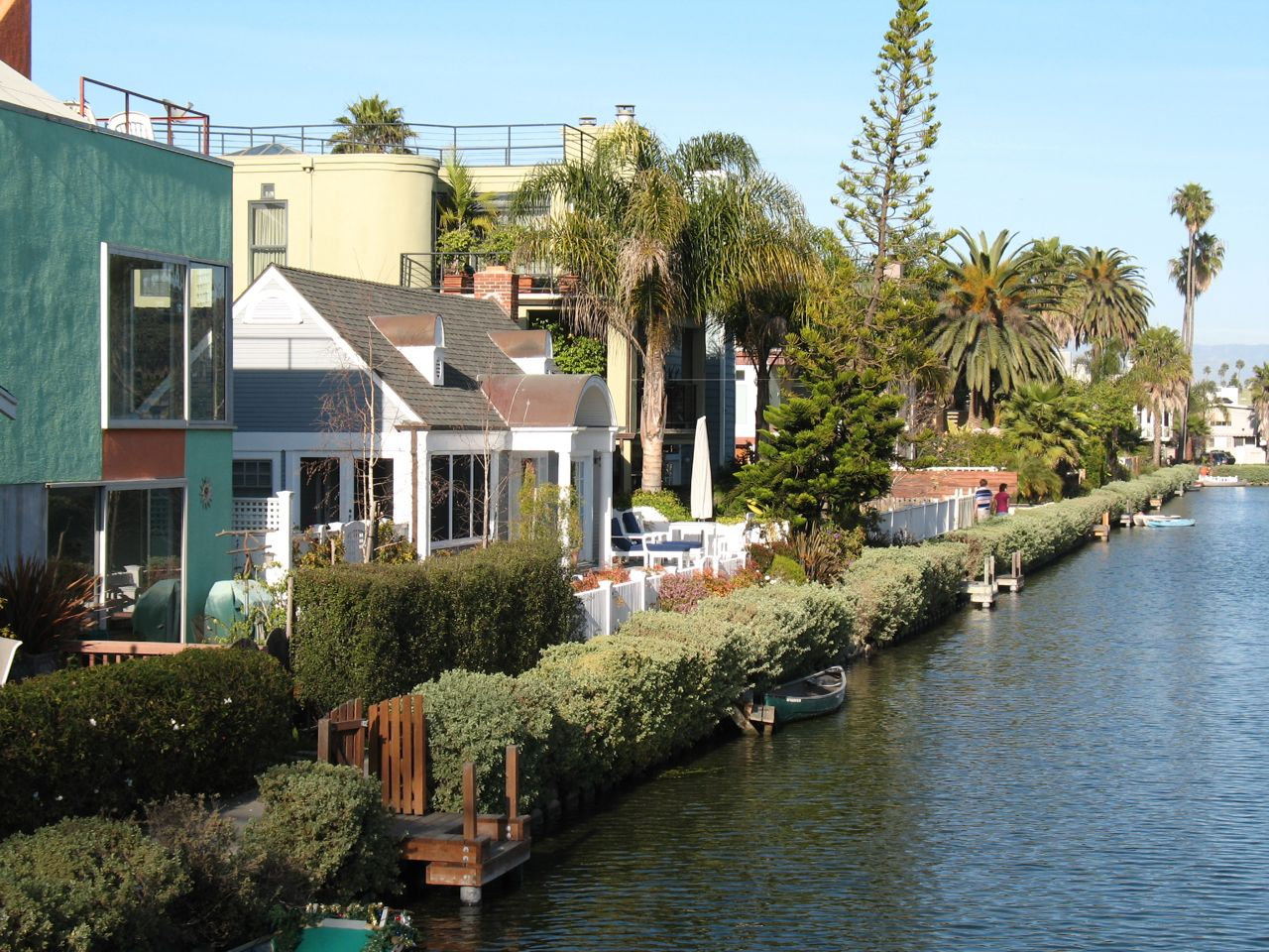 https://i1.wp.com/www.alicesgardentravelbuzz.com/wp-content/uploads/2011/03/Venice-California-Canal-Photo-Alice-Joyce1.jpg