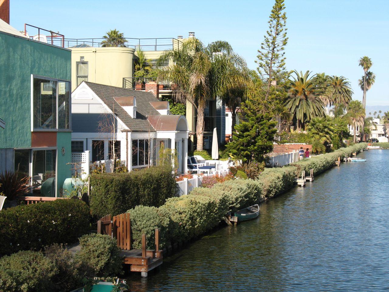 https://i1.wp.com/www.alicesgardentravelbuzz.com/wp-content/uploads/2011/03/Venice-California-Canal-Photo-Alice-Joyce1.jpg