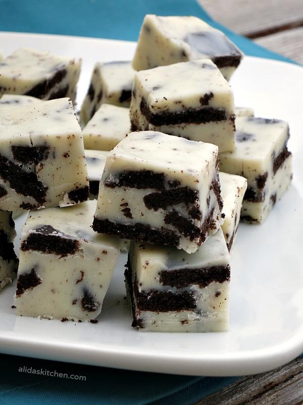 Oreo Cookies and Cream Fudge | alidaskitchen.com #recipes #SundaySupper