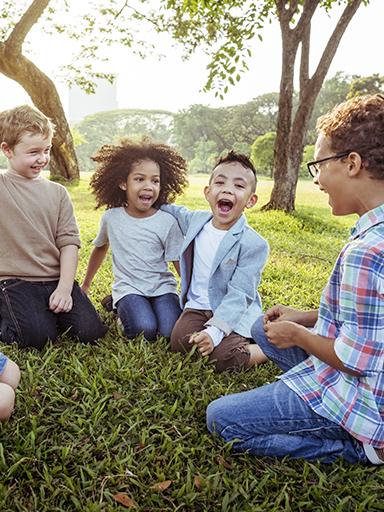 Quatro crianças divertem-se a brincar ao trava-línguas