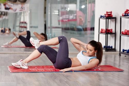 ejercicios de gimnasia: abdominales cruzados