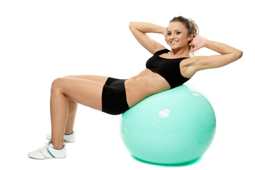 ejercicios de gimnasia: crunch con pelota suiza