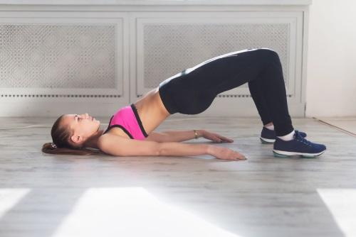 ejercicios de gimnasia: levantamiento del trasero