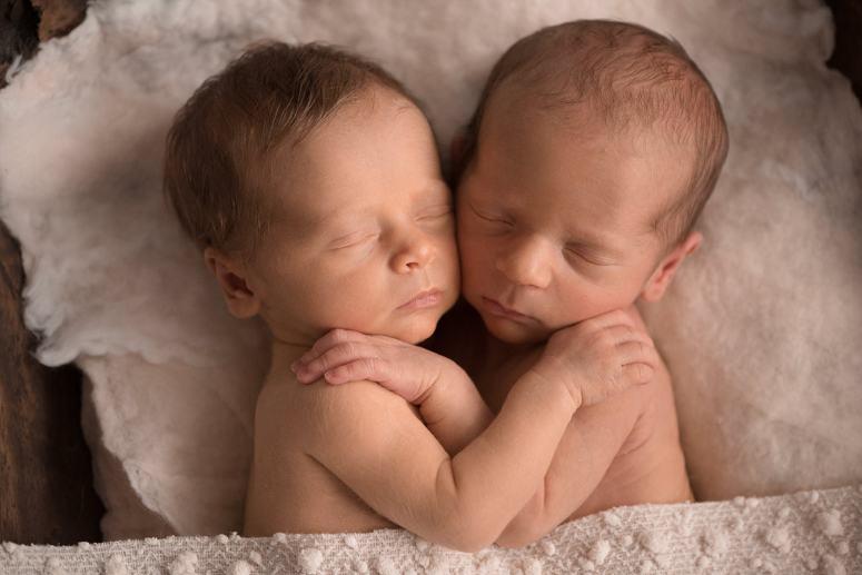photographe bébé jumeaux, aline deguy, nouveau né jumeaux, faux jumeaux, photo bébé jumeaux, photo bébé endormi, newborn posing