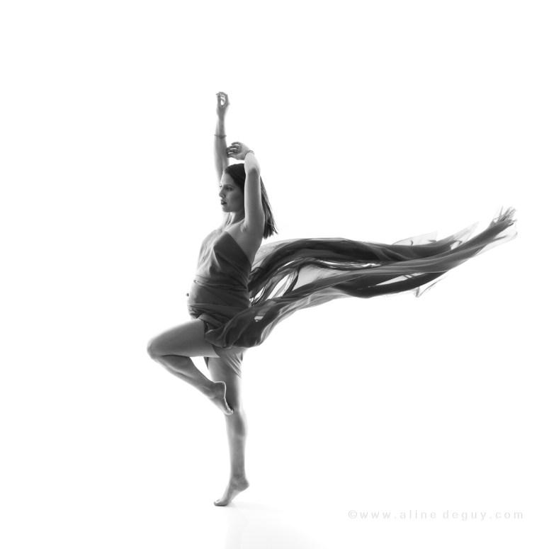 Meilleur photographe grossesse paris, photo noir et blanc femme enceinte