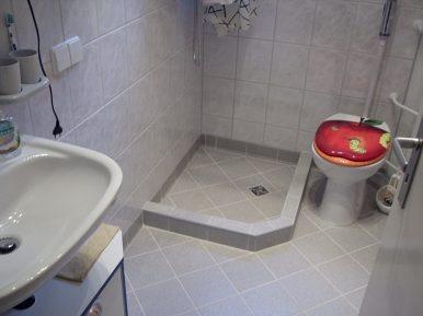 Bad neu mit kleiner Duschecke