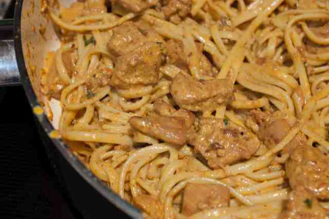 Linguine pasta loaded with creamy and spicy homemade butter chicken. This Indian style pasta recipe is quick and easy to make and delicious!!