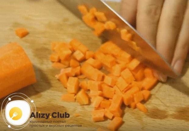 ในขณะที่ส่วนประกอบหลักของจานด้านข้างถูกต้มตัดก้อนแครอท