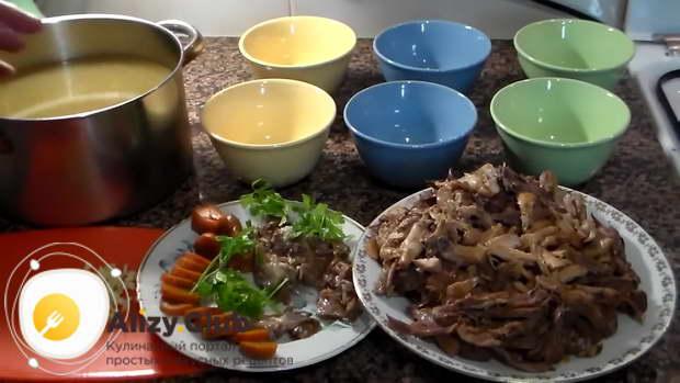 Морковь режем кружочками и кладем в тарелки