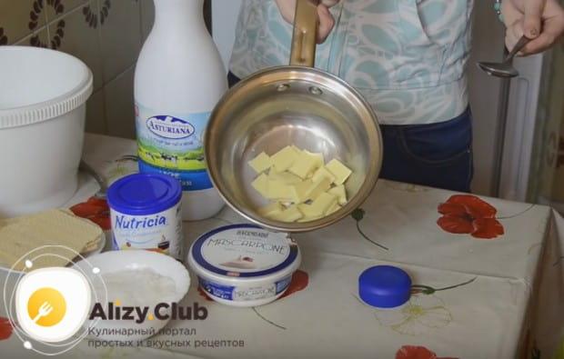 Para preparar caramelos de Rafaello con sus propias manos en una receta con Mascarpone, primero necesitas fundirte con varias cucharas de chocolate blanco de leche.