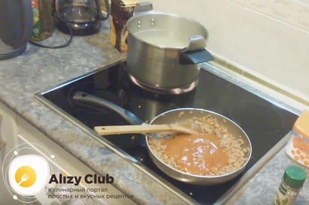 Спагетти тартылған ет және томат пастасы дайындалған.