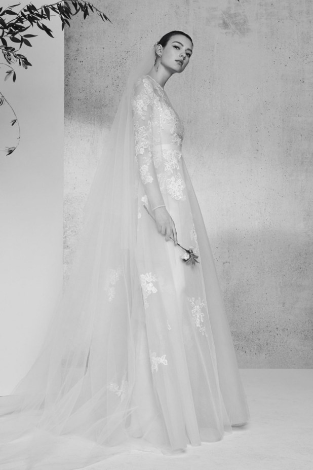 1076f787a96e2 قدم المصمم اللبناني إيلي صعب فساتين زفاف بأكمام طويلة مع قصّة A Line،  وتميزت بالأقمشة الناعمة والمزينة بالورود لإطلالة رومانسية تلائم أجواء هذا  الموسم.