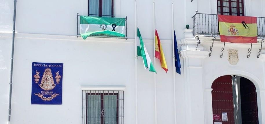El Ayuntamiento de Tomares durante el luto oficial.
