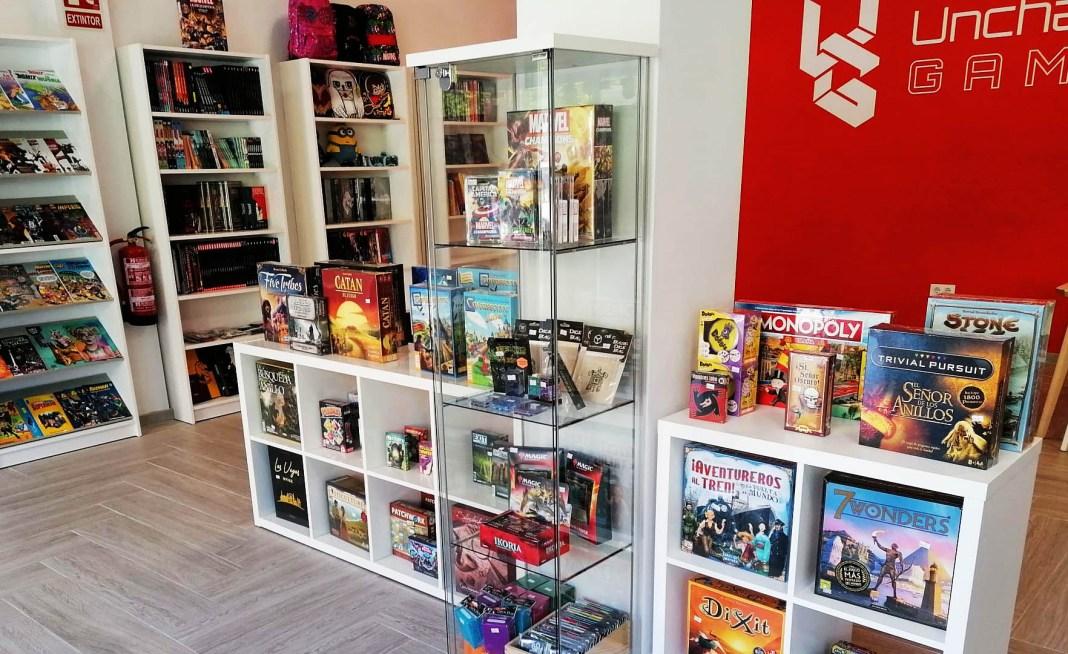 Interior de la tienda Unchained Games, especializada en juegos de mesas, cómics y merchandising.