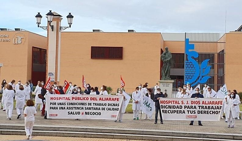 Imagen de la concentración frente al Hospital. Foto: CCOO de Sevilla