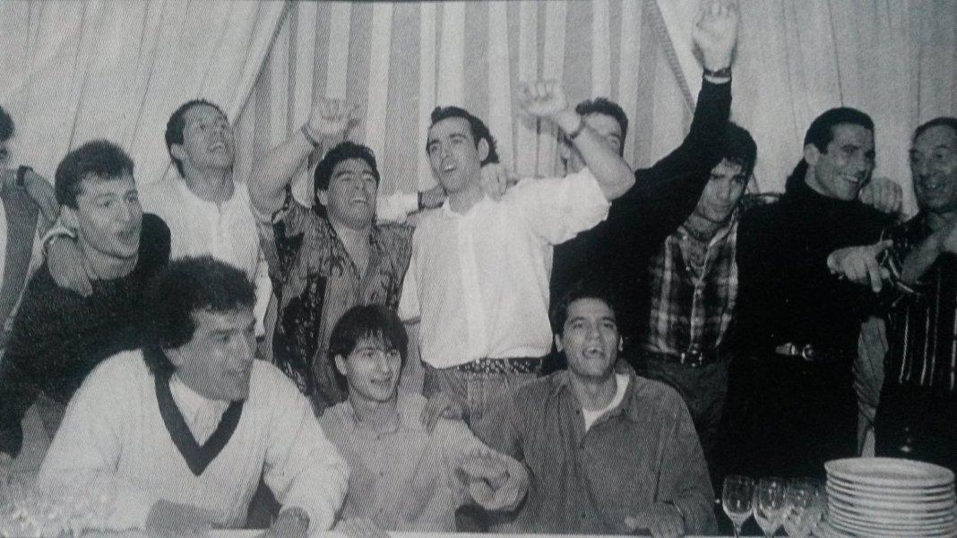 Maradona junto a Monchi y otros jugadores del Sevilla durante una fiesta en su casa del Aljarafe. Foto de A la Contra.