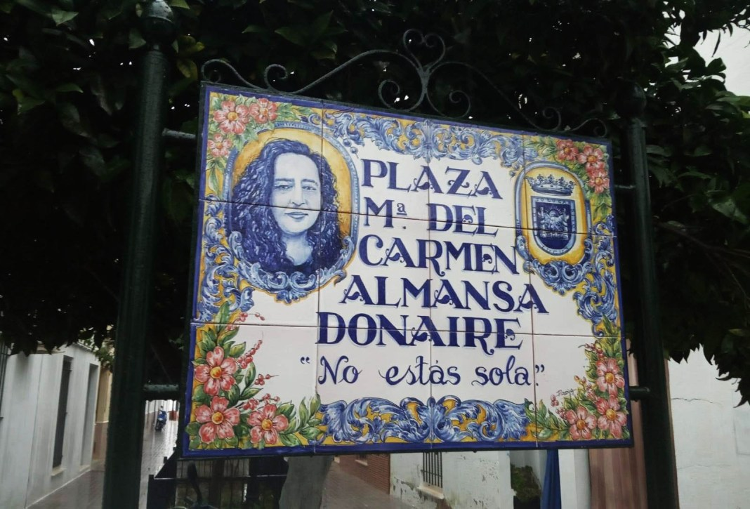 Cerámica que rotula la plaza María del Carmen Almansa Donaire en Sanlúcar.
