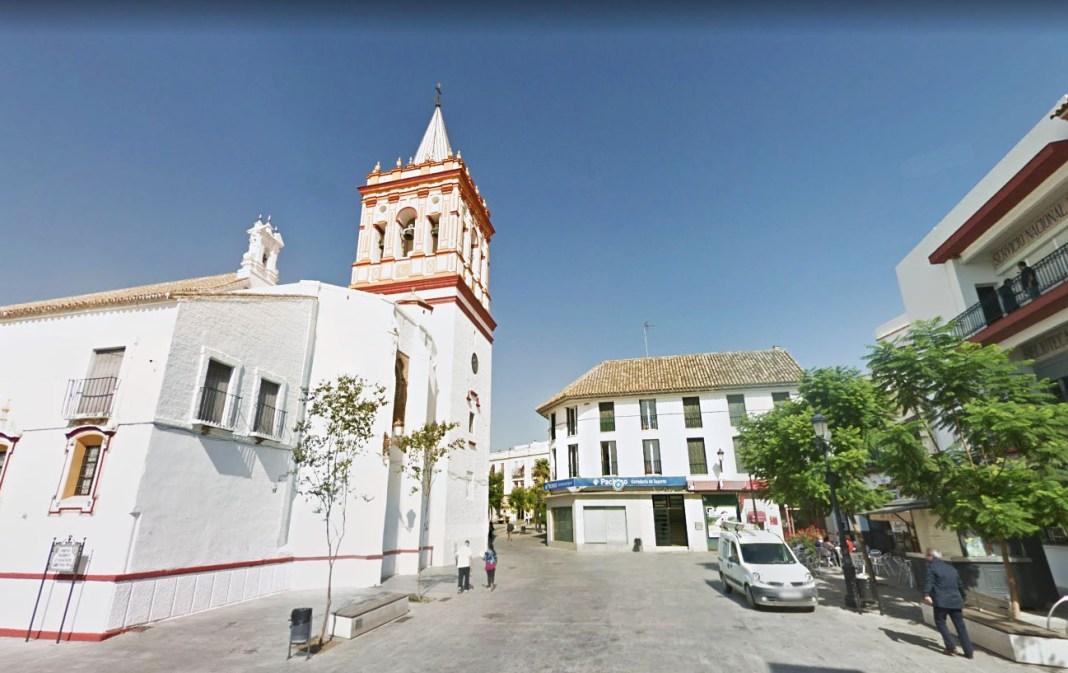 Plaza Virgen de los Reyes desde la Calle Real en Sanlúcar la Mayor.