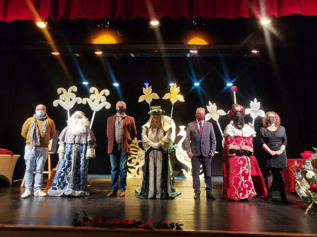 Los Reyes Magos, Agustín Bravo y el alcalde Francisco Molina durante la coronación en Bormujos. Foto del Ayto. Bormujos.