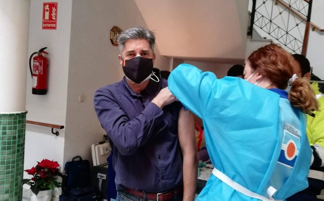 Uno de los profesionales de la residencia recibe la vacuna.