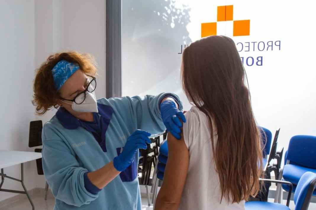 Personal docente es vacunado en el municipio de Bormujos. Ayuntamiento de Bormujos.