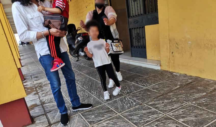 La familia abandona la vivienda de las que ha sido desahuciados en Mairena.