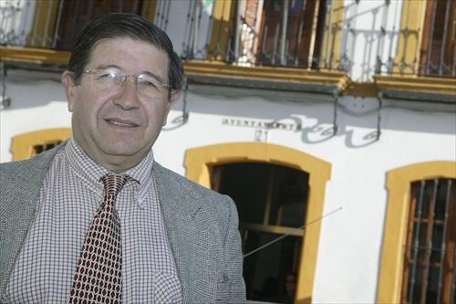 Valeriano Ruiz ante el Ayuntamiento de Mairena
